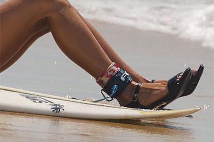 Французская серфингистка прокатилась по волнам в платье и на каблуках