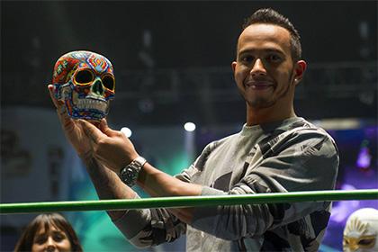 Льюис Хэмилтон поучаствовал в реслинг-шоу и получил череп