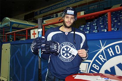 Чешский хоккеист «Сибири» на льду получил документы на работу в России