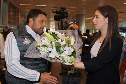 Представители «Фенербахче» встретили «Локомотив» в Турции цветами