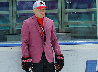 Хоккеисты «Автомобилиста» купили тренеру розовый пиджак