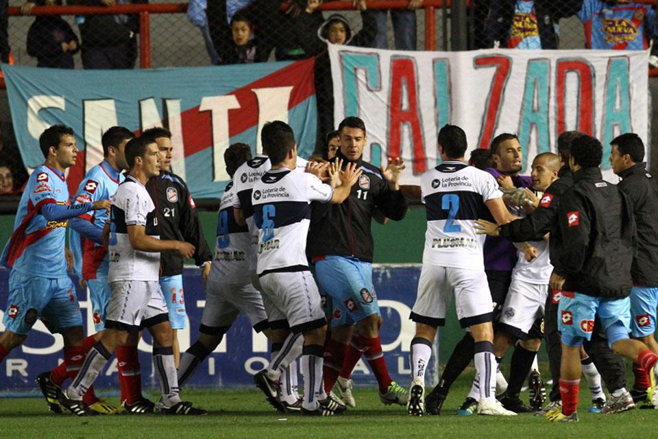 Товарищеский матч в Аргентине завершился массовой дракой футболистов
