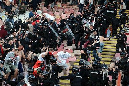 Футбольный матч в Сербии завершился столкновениями фанатов с полицией