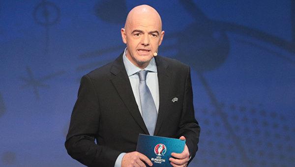Президент ФИФА Инфантино подписал футбольные мячи для музея СФ России