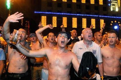 Двум английским фанатам пожизненно запретили посещать матчи за нацистские жесты