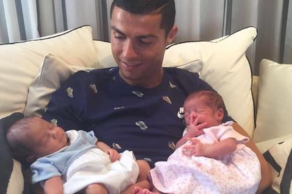 Роналду показал своих новорожденных детей