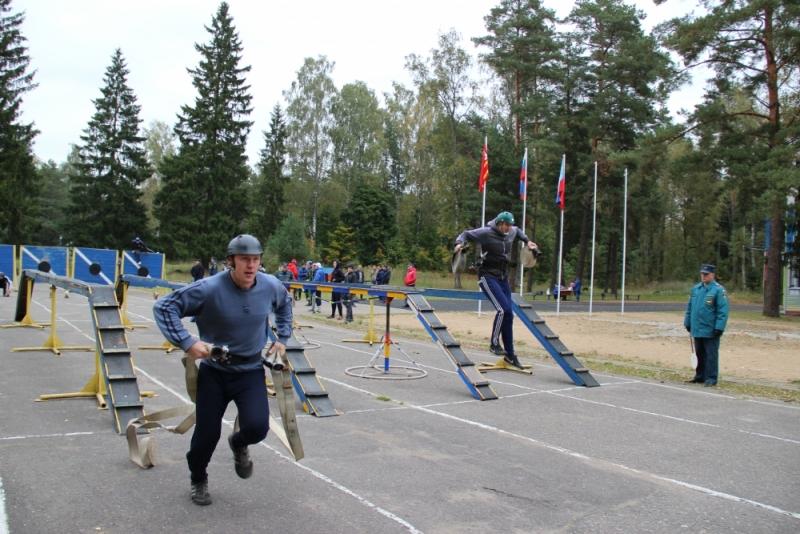 Смоленские пожарные соревновались в штурме башни и беге с препятствиями