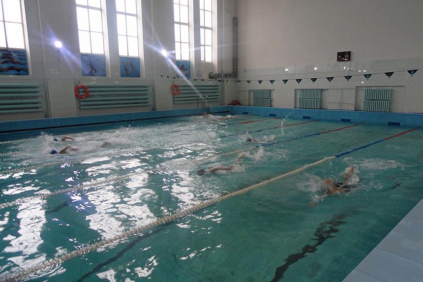 В Смоленске состоялись соревнования по плаванию среди школьников