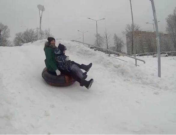 В Смоленске открылась первая этой зимой горка для катания