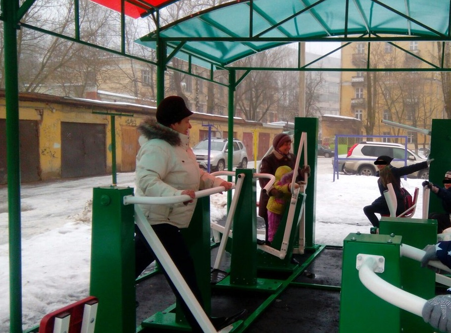 В центре Смоленска пенсионеры занимаются на уличных тренажерах