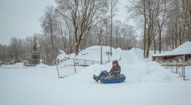 В смоленском парке оборудовали снежные горки