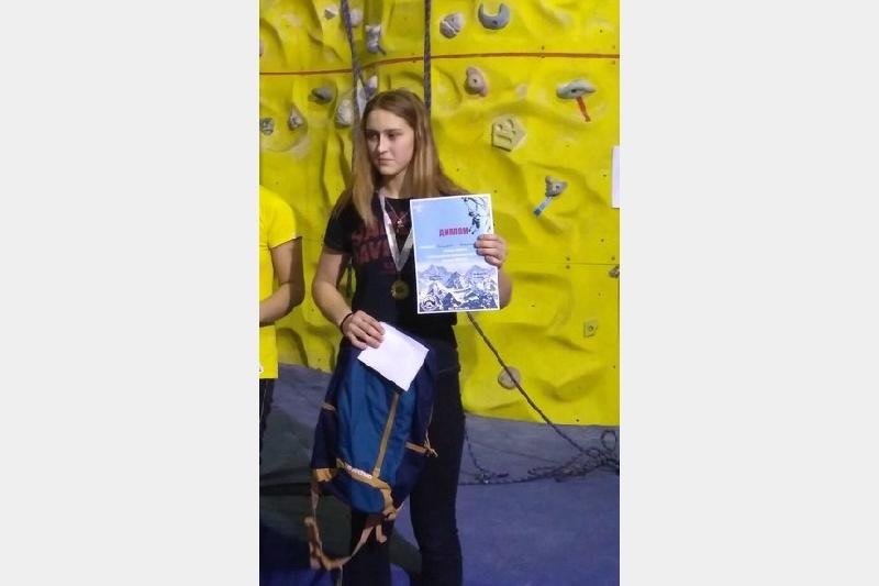 Смолянка заняла первое место на турнире по скалолазанию в Москве