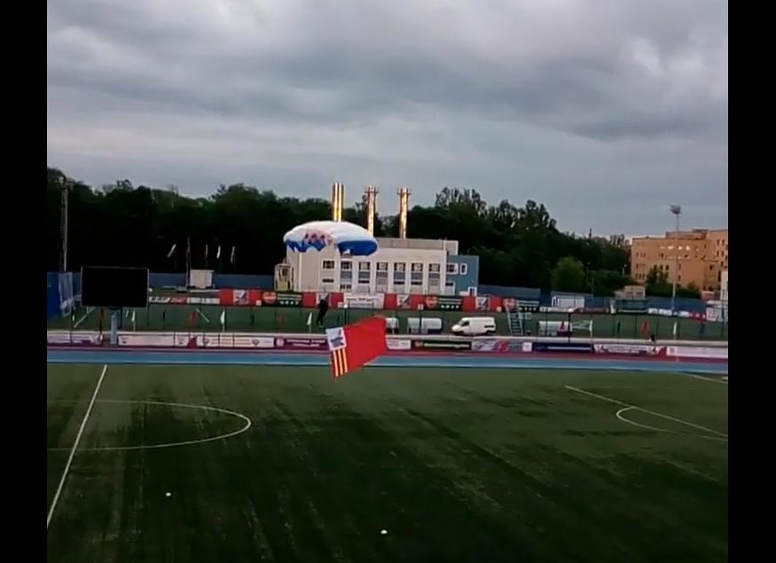 В Смоленске приземление парапланеристов на футбольном поле сняли на видео