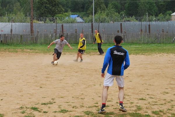 В Смоленской области заключенные сыграли в футбол с профессионалами