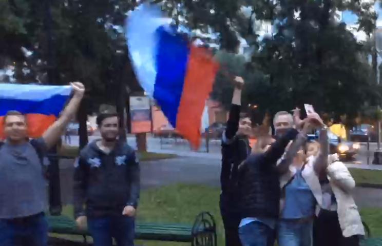Смоляне отпраздновали победу сборной России над испанцами. Видео попало в Сеть