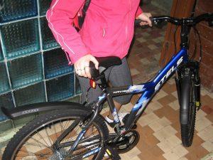 Двое смолян оставили женщину без велосипедов