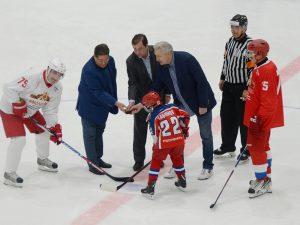 Алексей Островский дал старт товарищескому хоккейному матчу в Москве