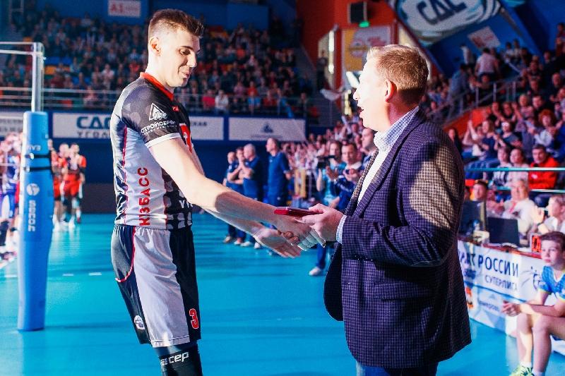 Смоленского волейболиста наградили медалью
