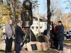 В Ярцево установили памятный знак тренеру Валерию Петрову