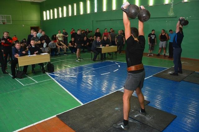 Смоленские полицейские устроили соревнования по гиревому спорту