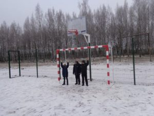 Смоляне помогли обустроить спортплощадку в деревне