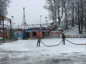 В Смоленске начали заливать каток в «Лопатинском саду»