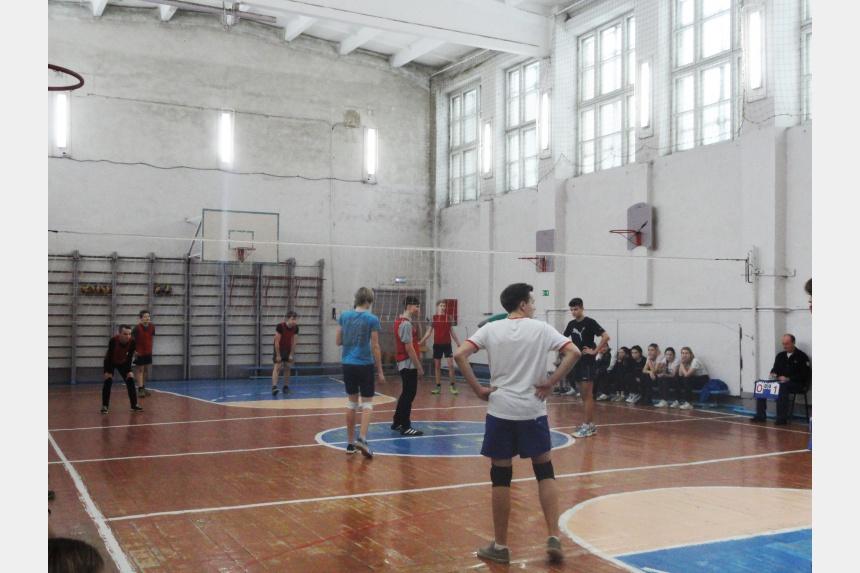 20 команд смоленских старшеклассников сразились в волейбольном турнире