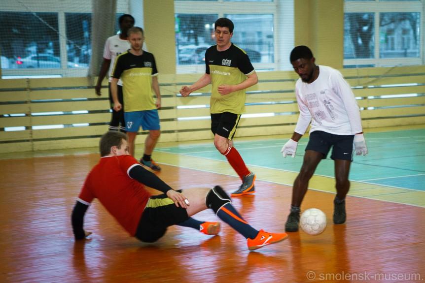В Смоленске студенты и музейные работники сразились в футбол
