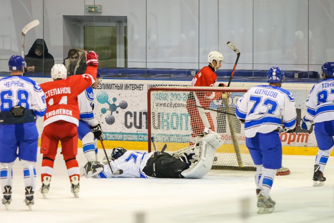 В Смоленске продолжаются хоккейные баталии