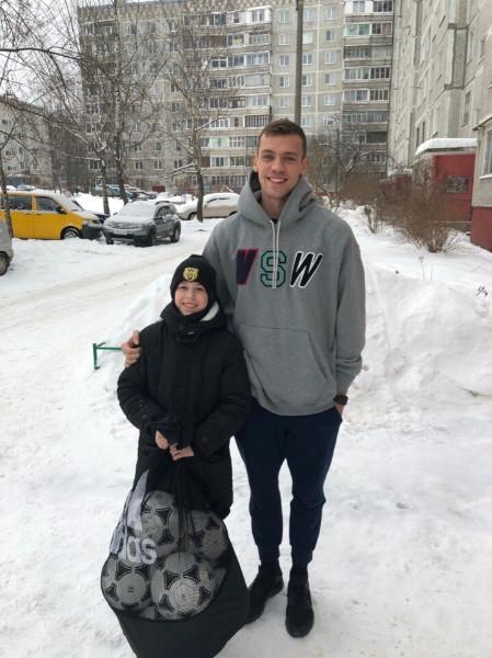 Вратарь из Смоленска сделал подарок спортшколе