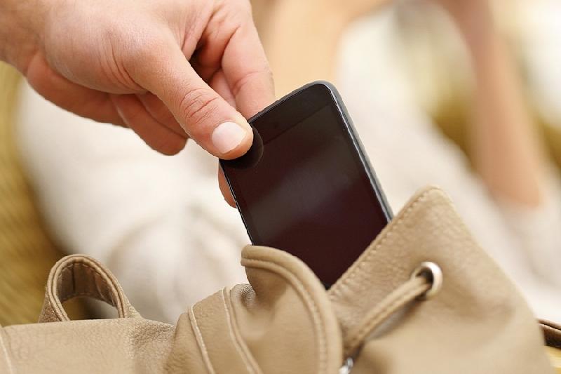 В Смоленске тренер украла мобильный у своей подопечной