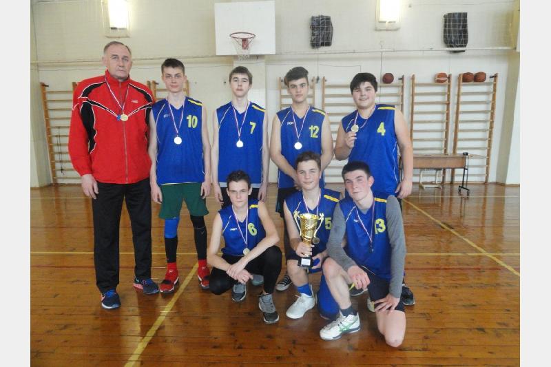 В Ленинском районе Смоленска состоялся баскетбольный турнир старшеклассников