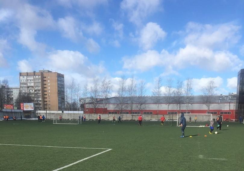 «Идите домой!» В Смоленске играющих в футбол школьников выгнали со стадиона