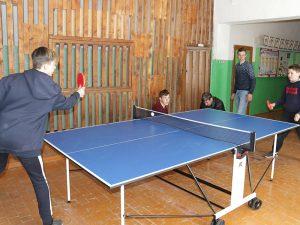 Школьникам из смоленской глубинки подарили стол для игры в настольный теннис