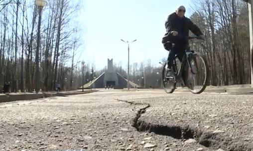 В смоленском парке потрескались велодорожки