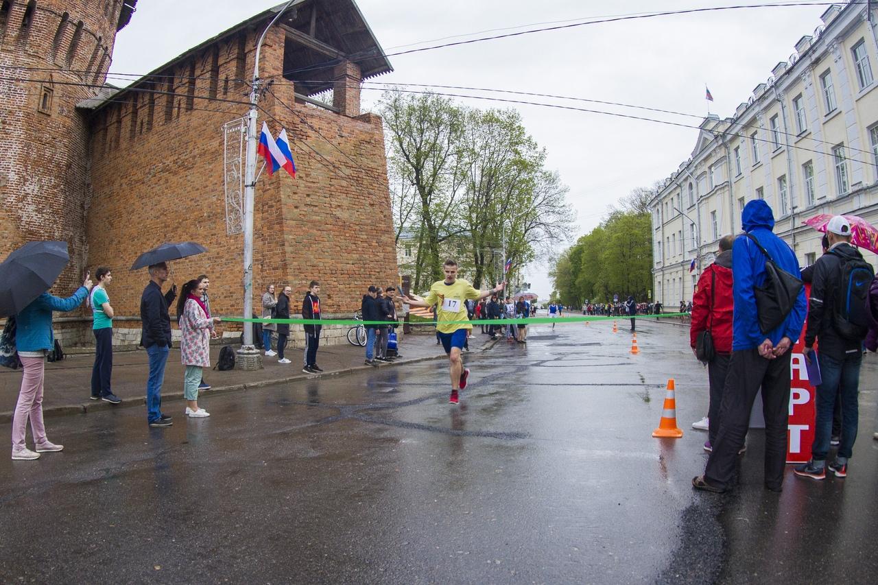 В Смоленске прошла легкоатлетическая эстафета «Победа»