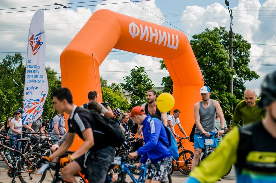 Губернатор Алексей Островский принял участие в летнем велопараде