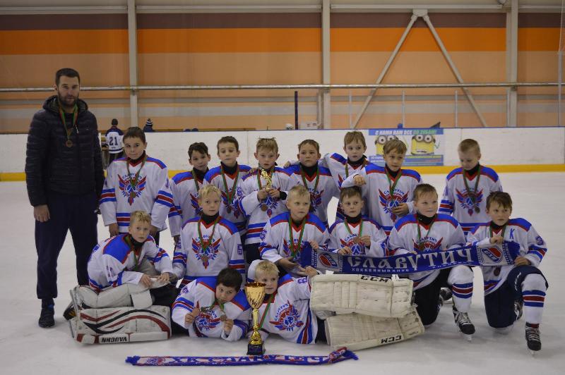 Медаль для мамы. Смоленские хоккеисты привезли награды из Белоруссии