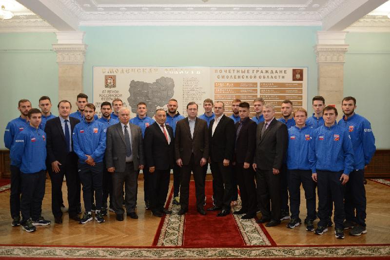 Губернатор Смоленской области встретился с участниками футбольной команды СГАФКСТ