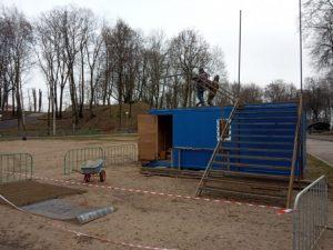 В центре Смоленска начали монтировать новую горку для тюбинга