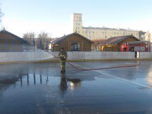 В центре Смоленска заливают главный каток области