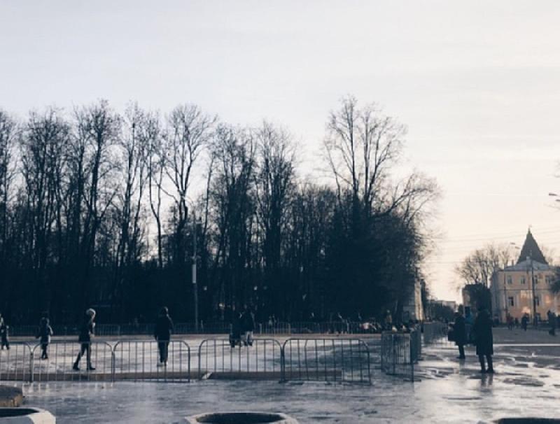 В центре Смоленска залили каток