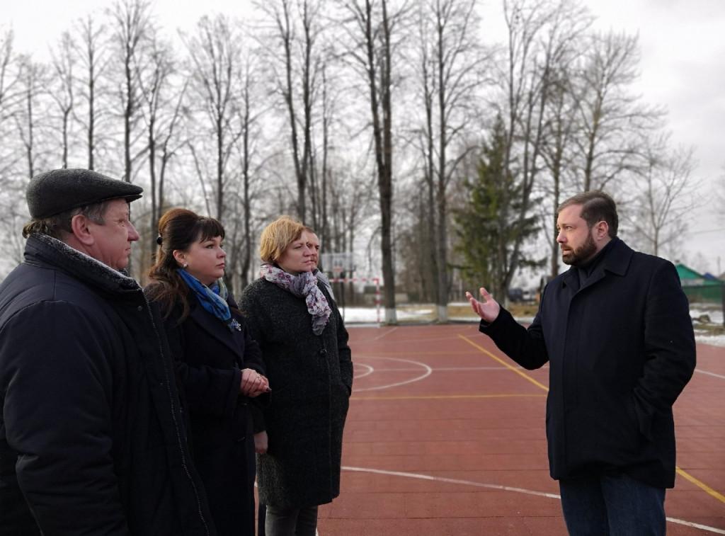 Алексей Островский проинспектировал новую спортплощадку в Вяземском районе
