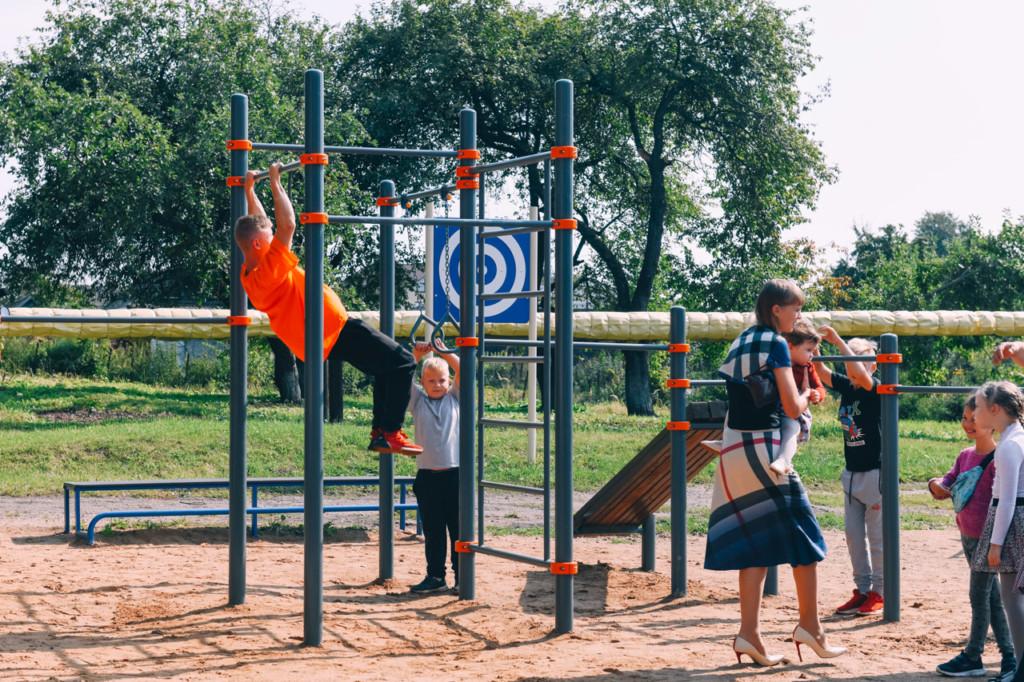 Алексей Островский проинспектировал новую спортплощадку школы в Дорогобуже