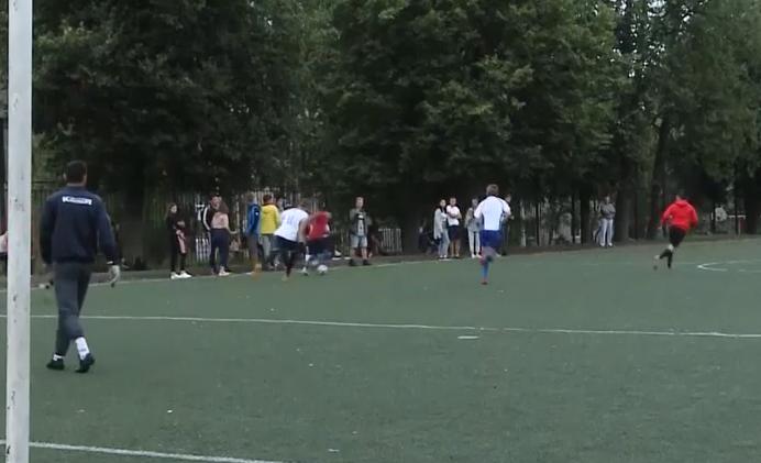 Смоленские дворовые футболисты проводят матчи осенней серии