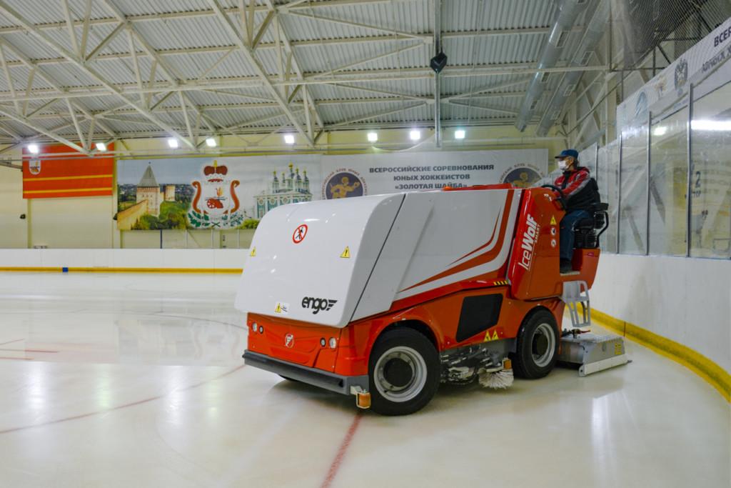 В Смоленске на оборудование и инвентарь в спортшколу по хоккею с шайбой направили 26 миллионов рублей