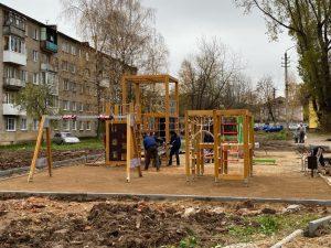 В Смоленске установили детский скалодром и качели на улице Крупской