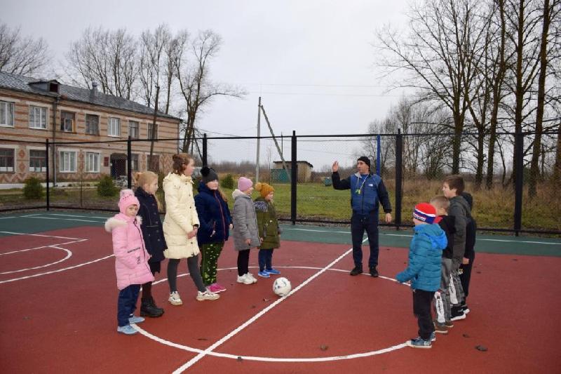 «Прекрасное место для занятий спортом». В смоленской деревне открыли спортплощадку
