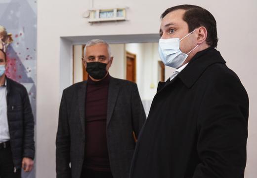 Смоленский губернатор проинспектировал спортшколу и навестил волонтеров-медиков
