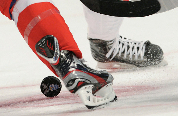 Арбитр матча КХЛ потерял сознание во время игры, его унесли на носилках